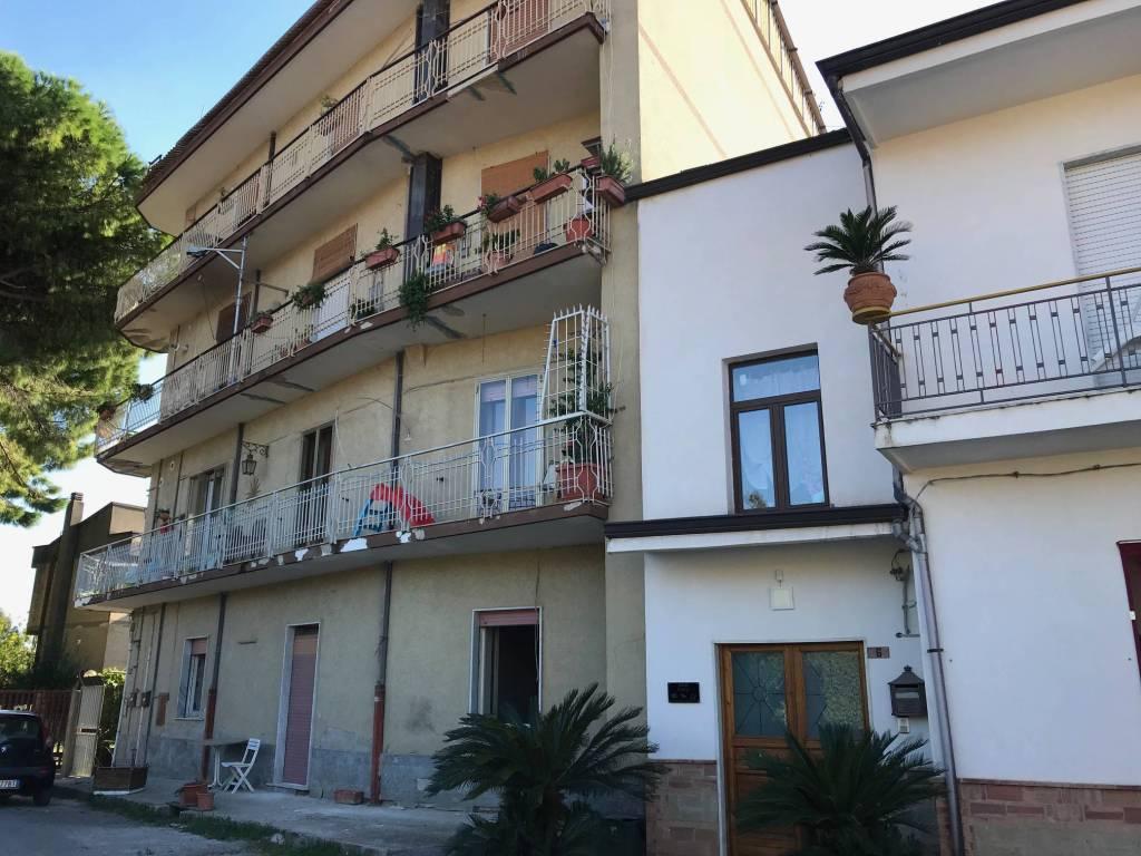Appartamento da ristrutturare in vendita Rif. 8048110