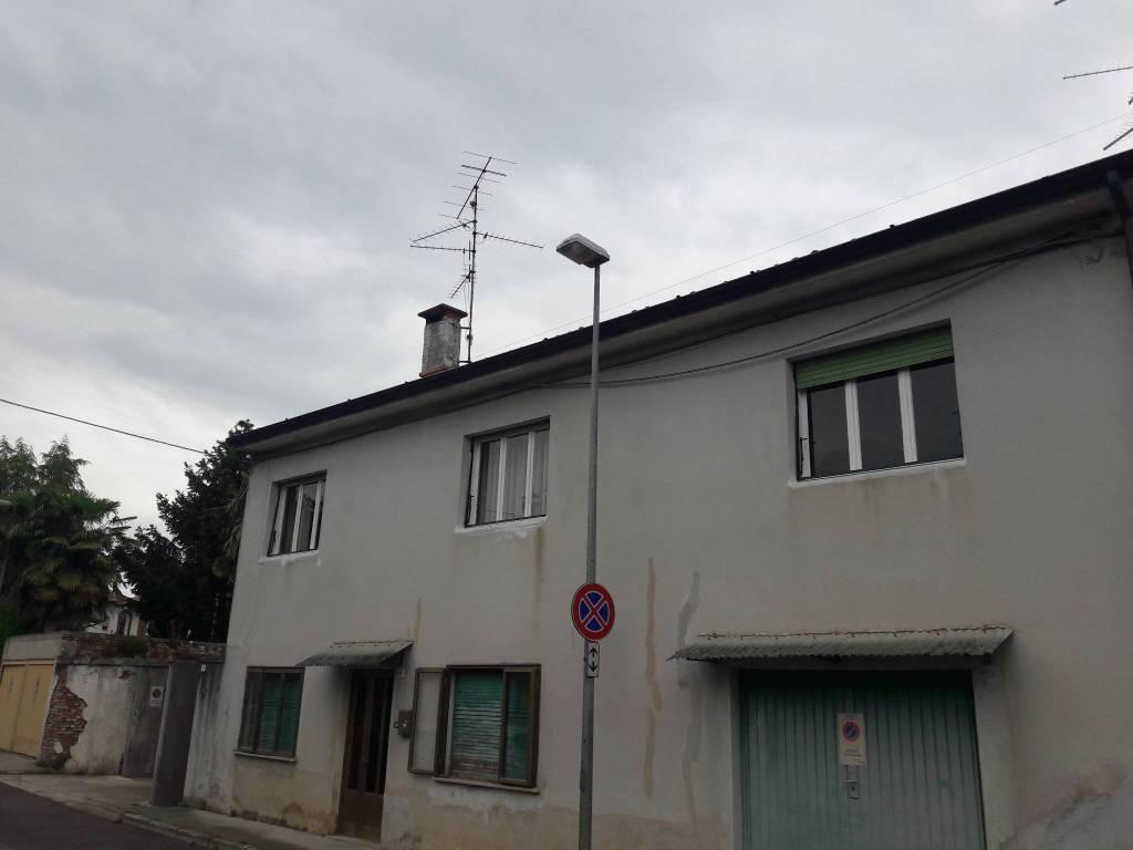 Cervignano casa con 2 appartamenti distinti.