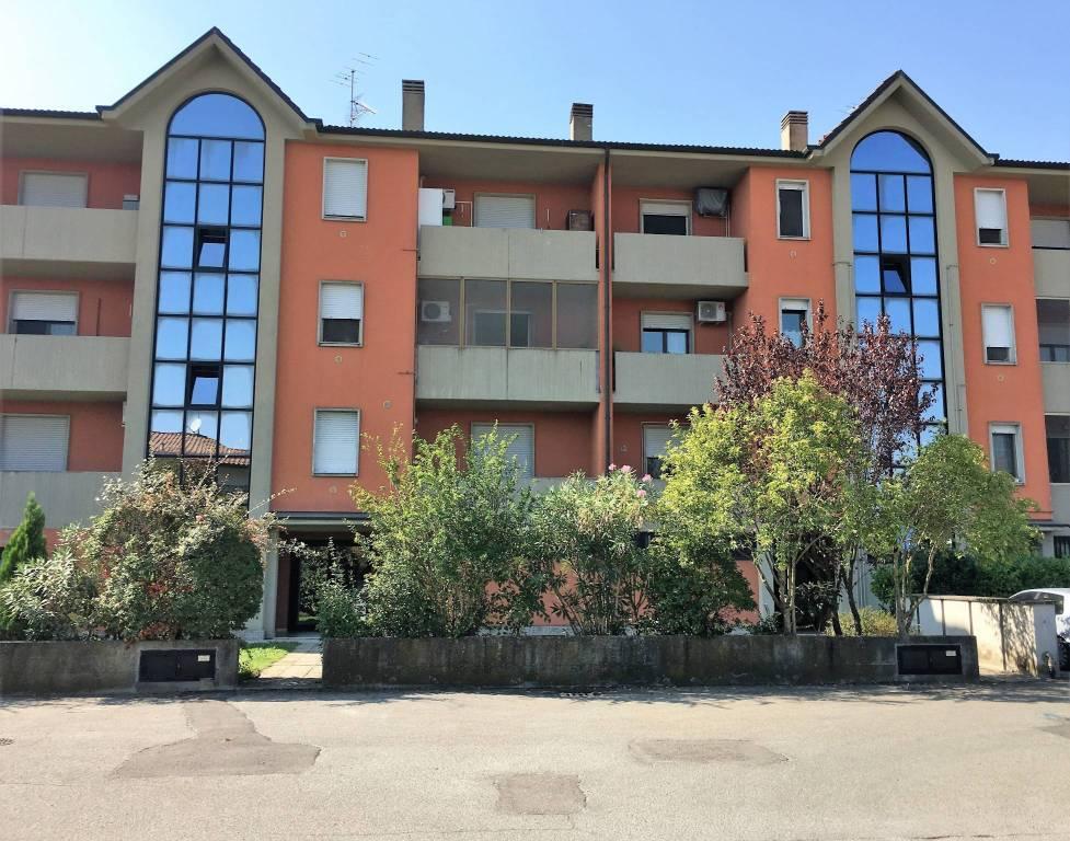 Appartamento in buone condizioni in affitto Rif. 8080970