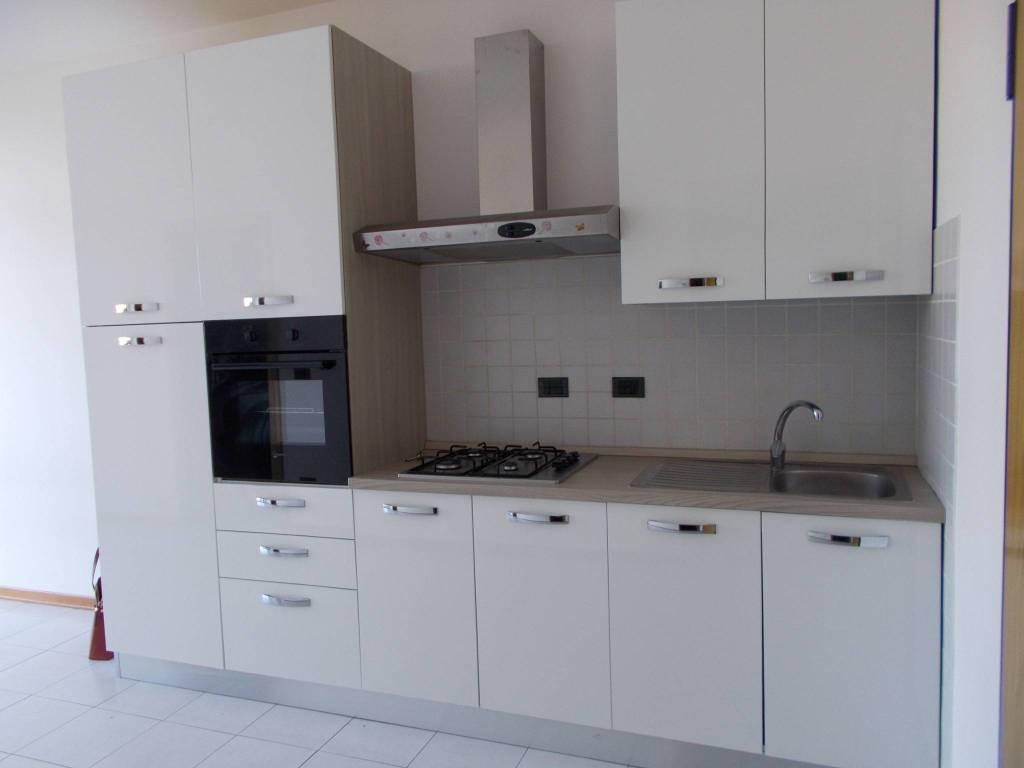 Appartamento in buone condizioni parzialmente arredato in affitto Rif. 8087636
