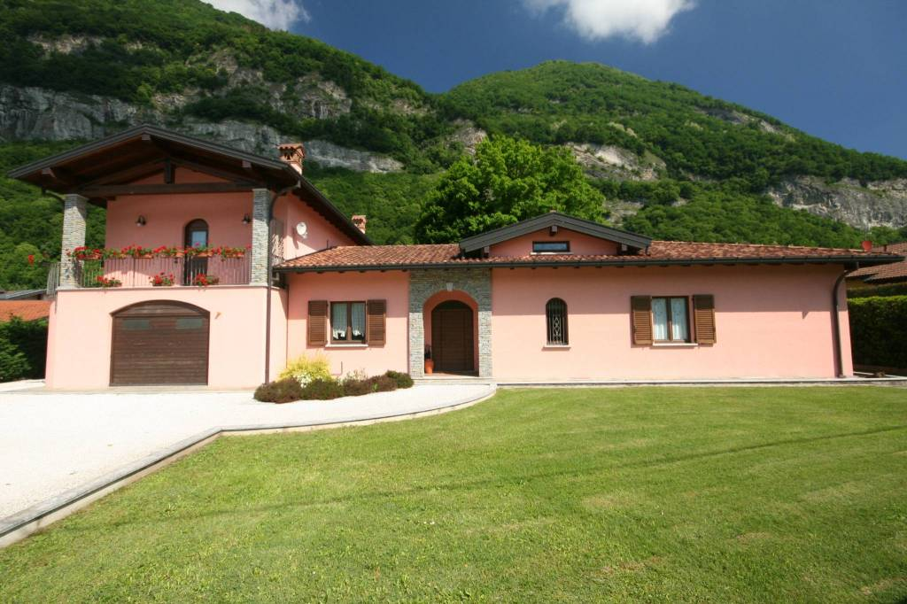 Canzo confine villa singola in piano con ampio giardino