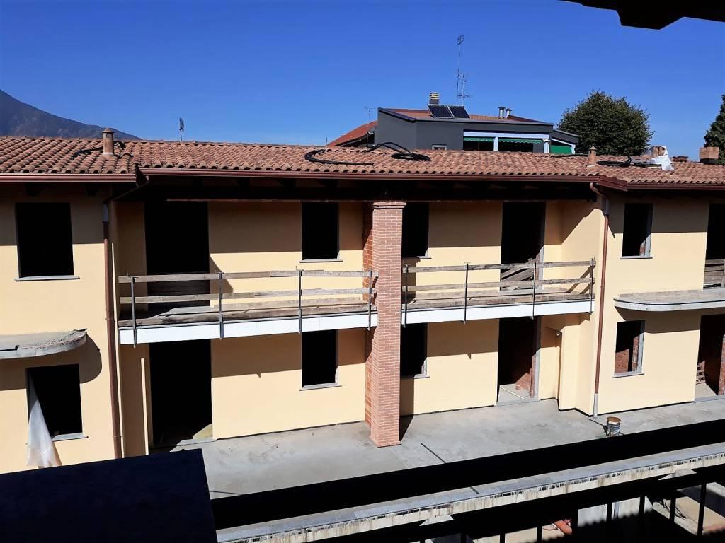 Palazzo / Stabile in Vendita a Rosta