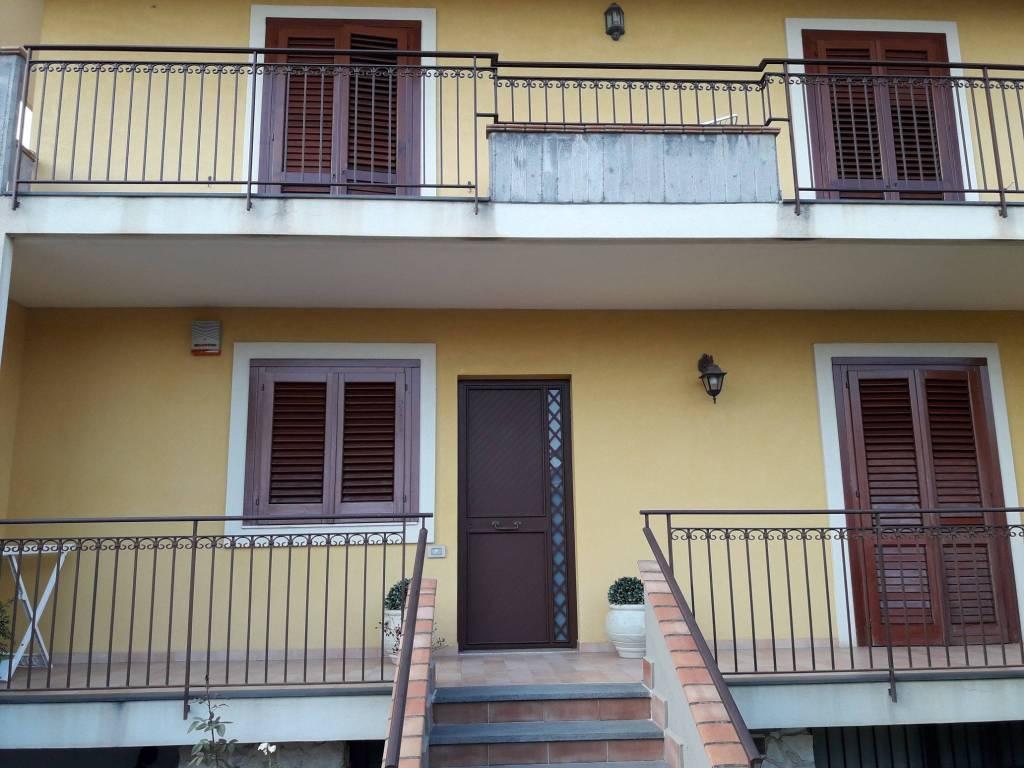 Appartamento in buone condizioni in vendita Rif. 8112308