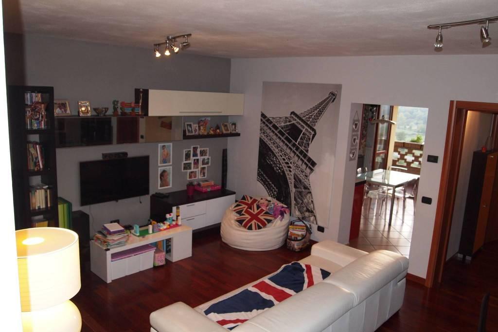 Appartamento in buone condizioni in vendita Rif. 8112063
