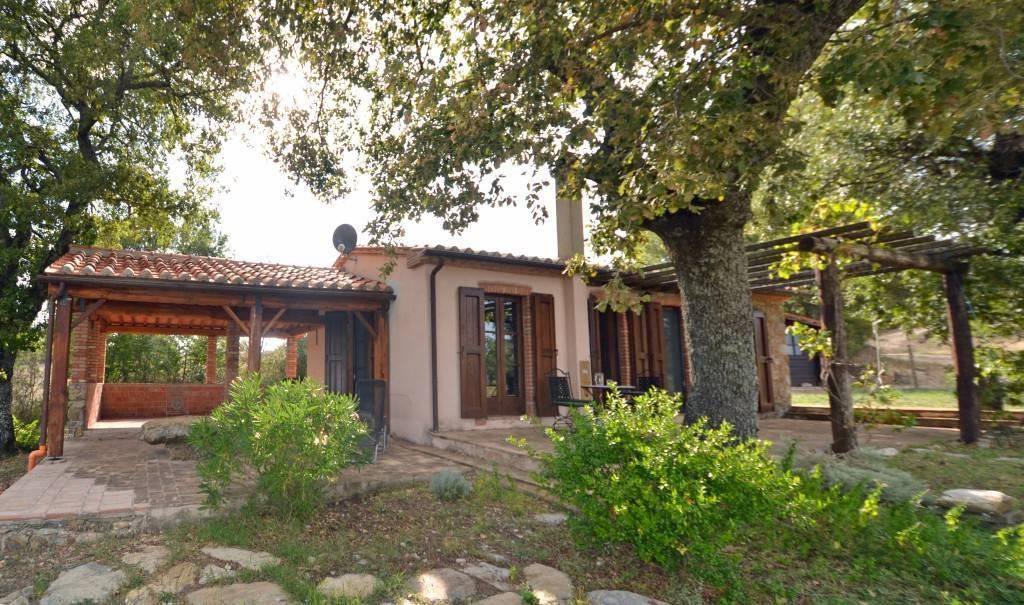 Piccolo casale con bella vista in vendita vicino Scansano.