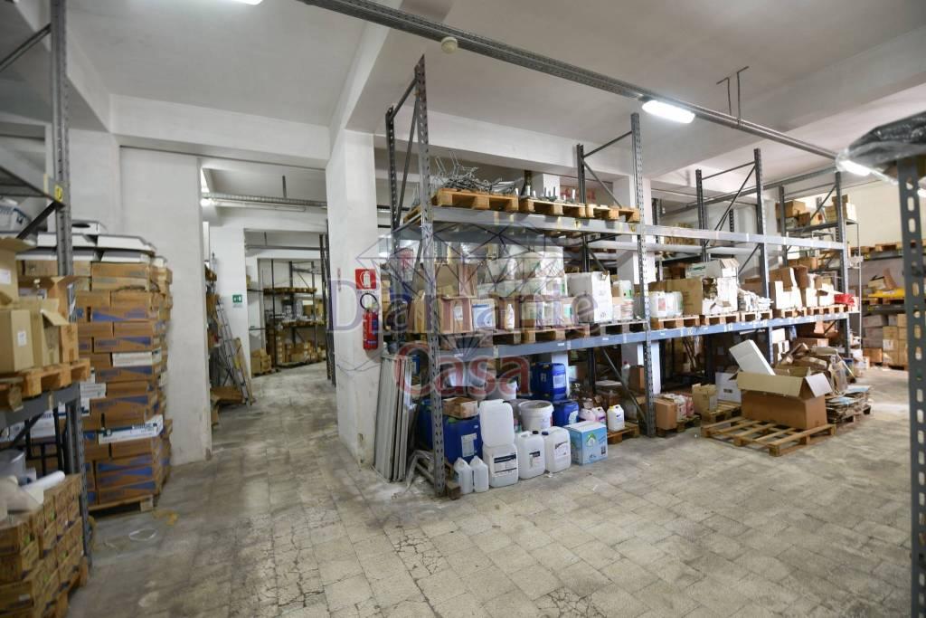 Magazzino in Vendita a Gravina Di Catania Centro: 1 locali, 900 mq
