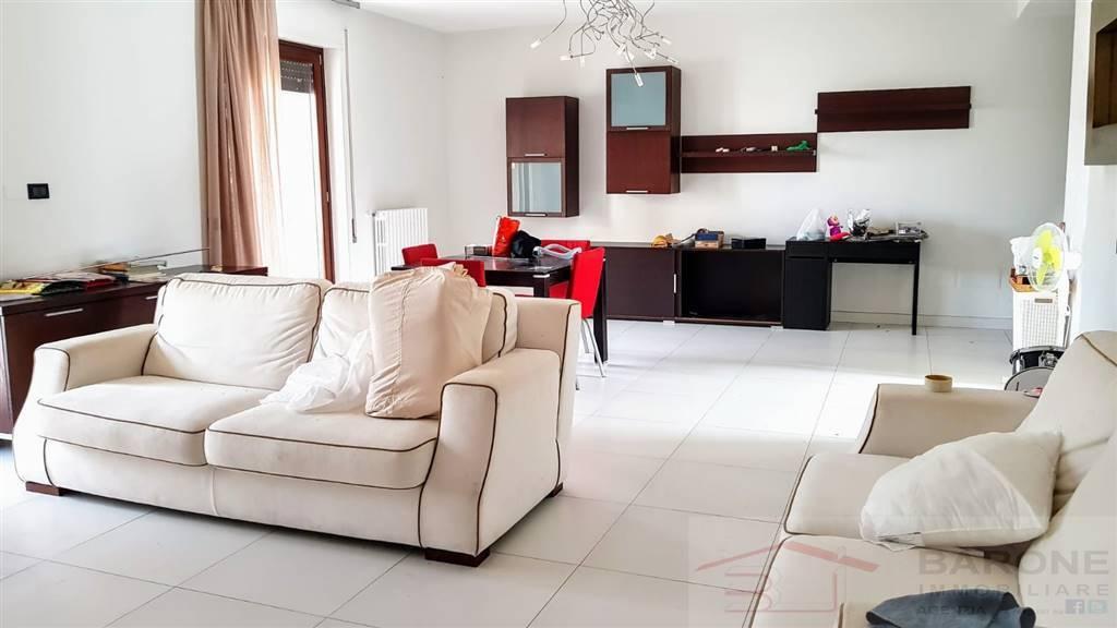 Appartamento, ben curato e rifinito, è strategicamente suddiviso.