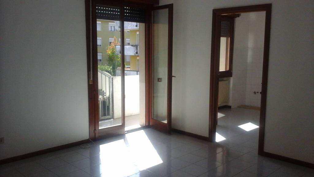 Appartamento in buone condizioni in affitto Rif. 8151749