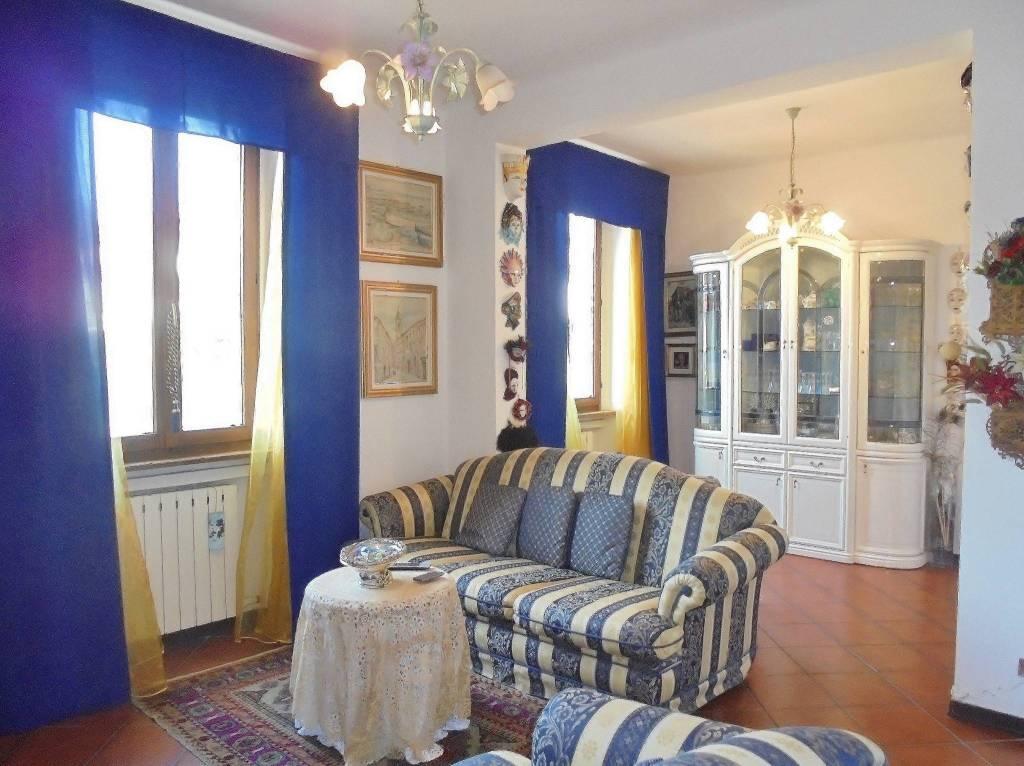 Appartamento in buone condizioni in vendita Rif. 9162363