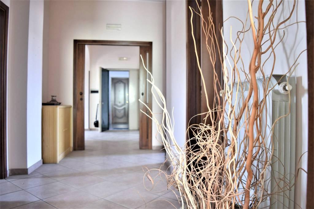 Appartamento in buone condizioni in vendita Rif. 8154977