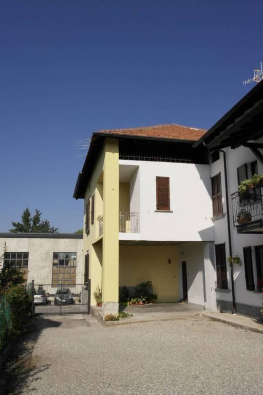 Cocquio:porzione di casa con balcone e giardino
