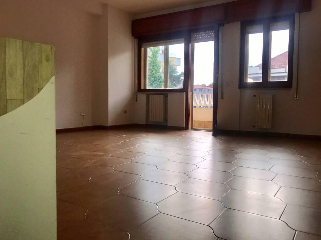 Appartamento in buone condizioni in affitto Rif. 8190439