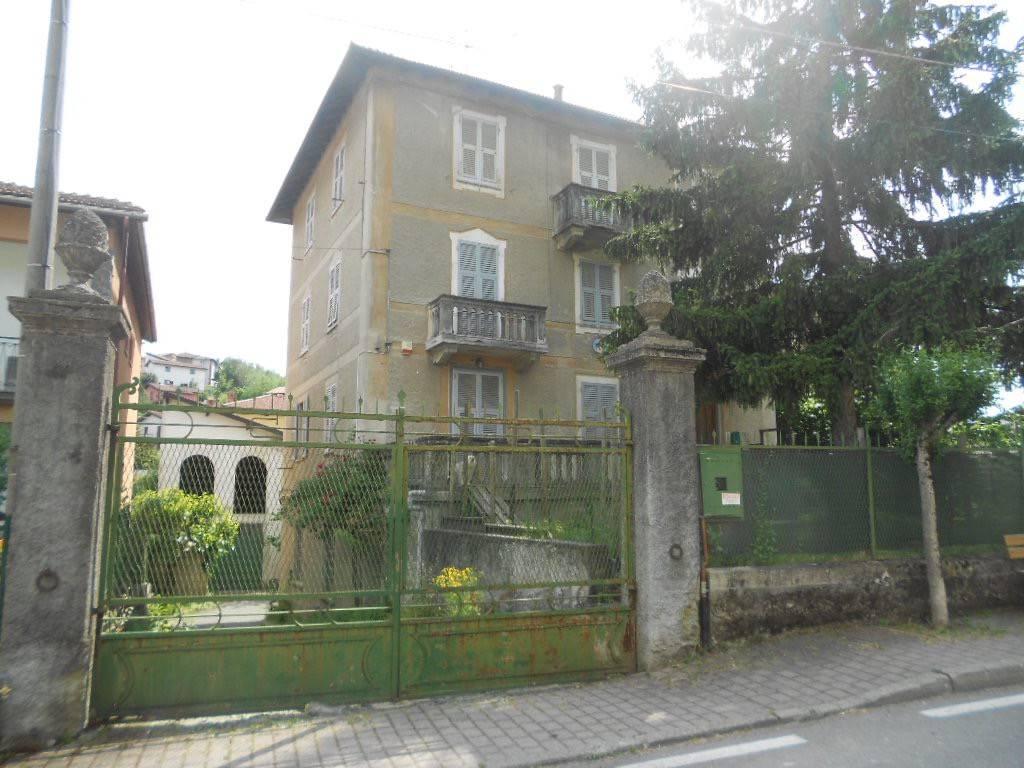 Bosio, centrale, in casa di sole tre unità abitative