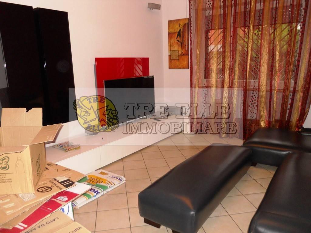 Appartamento in buone condizioni in affitto Rif. 8189607