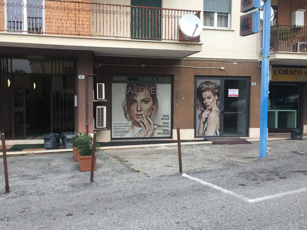 PASSO CORESE: affittasi locale commerciale