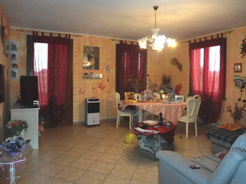 Appartamento in ottime condizioni parzialmente arredato in vendita Rif. 8402974