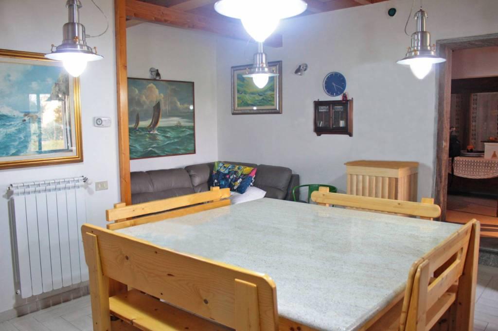 Appartamento in ottime condizioni in vendita Rif. 8198407