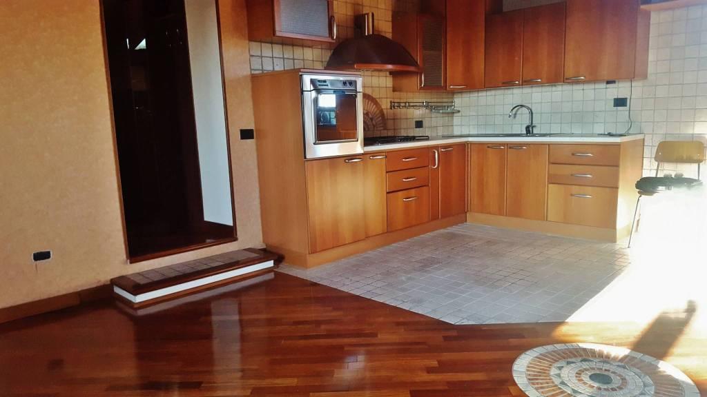 Appartamento in buone condizioni parzialmente arredato in vendita Rif. 8229436