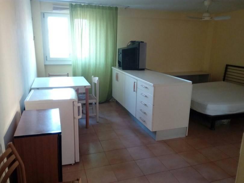 Appartamento in buone condizioni arredato in affitto Rif. 8230905