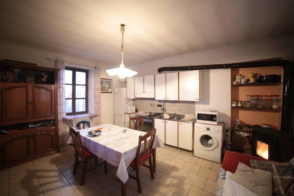 Appartamento in buone condizioni parzialmente arredato in affitto Rif. 8232115