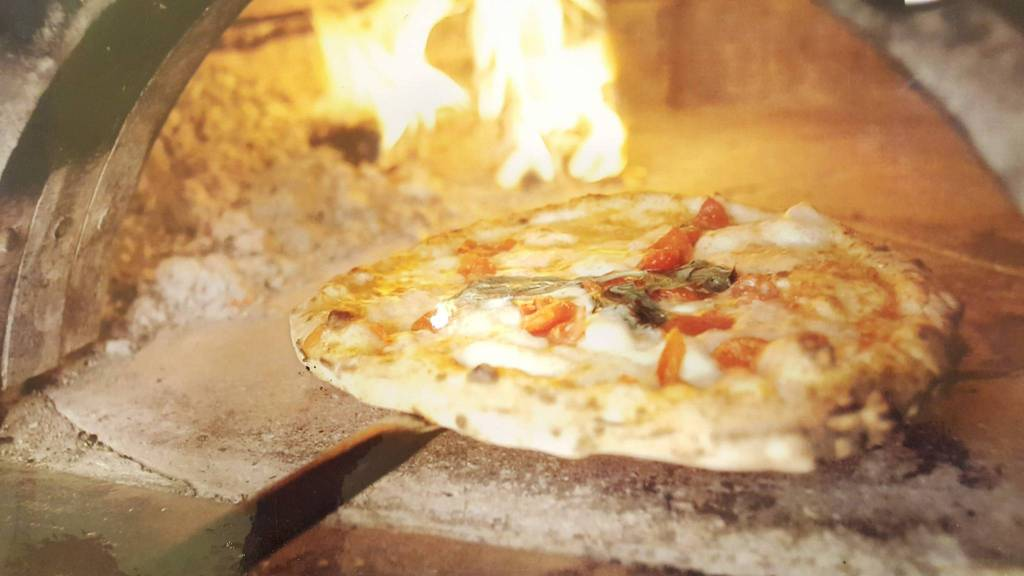 Attività di pizzeria ben avviata in zona di alto transito Rif. 8244190