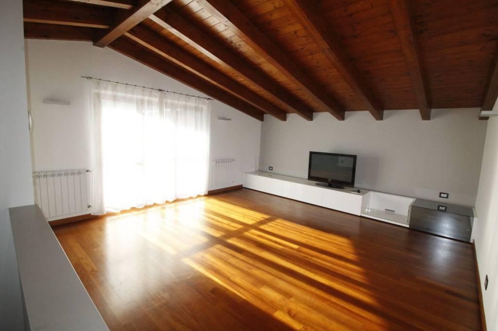 Appartamento in ottime condizioni parzialmente arredato in affitto Rif. 8239636