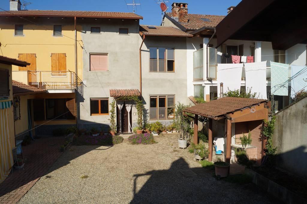 Casa semi indipendente con cortile e box
