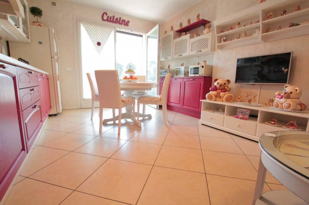 Appartamento in ottime condizioni arredato in vendita Rif. 8270118
