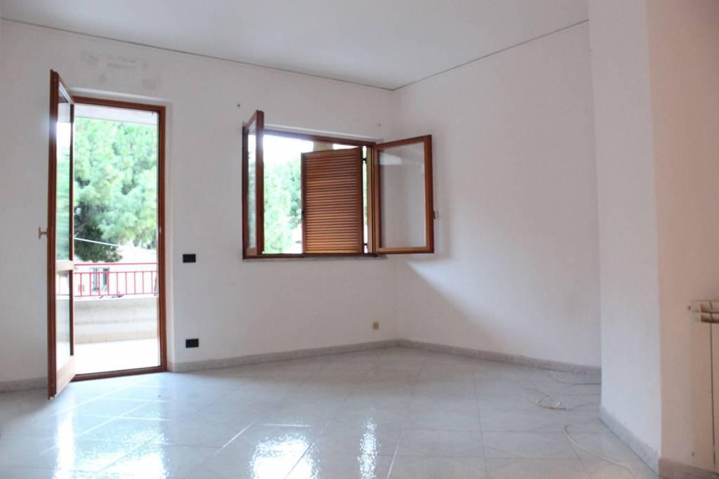 Appartamento in buone condizioni in affitto Rif. 8271795