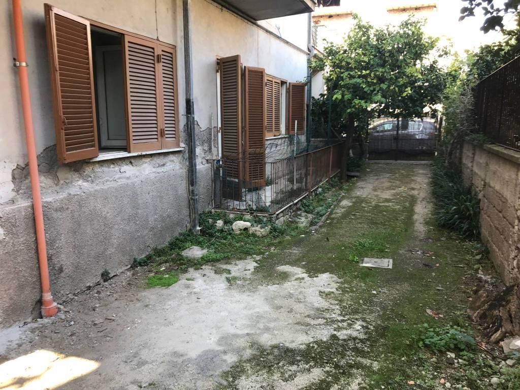 Appartamento da ristrutturare in vendita Rif. 8230131