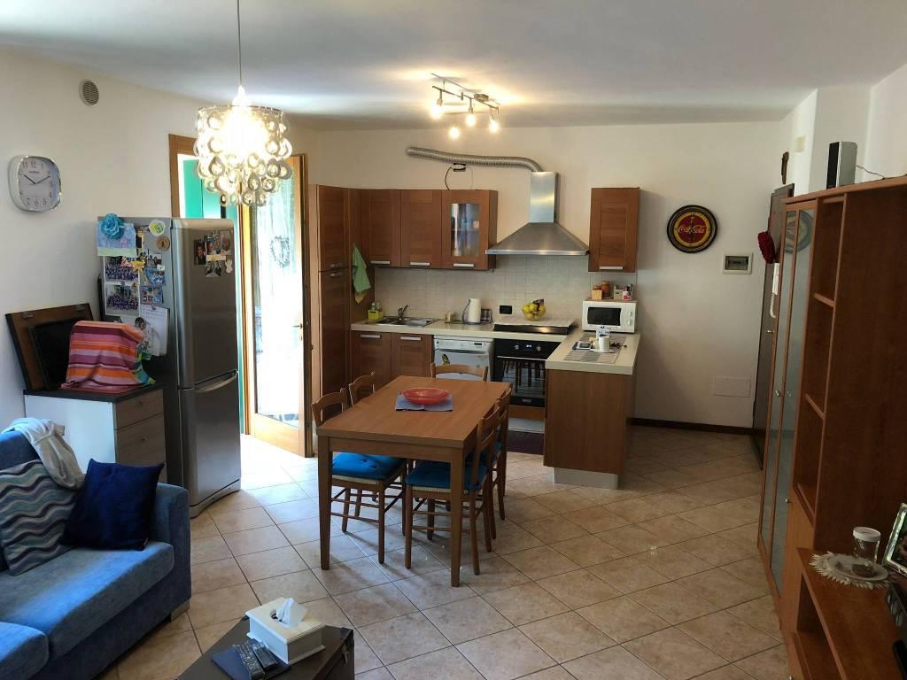 Appartamento in buone condizioni parzialmente arredato in vendita Rif. 8342995