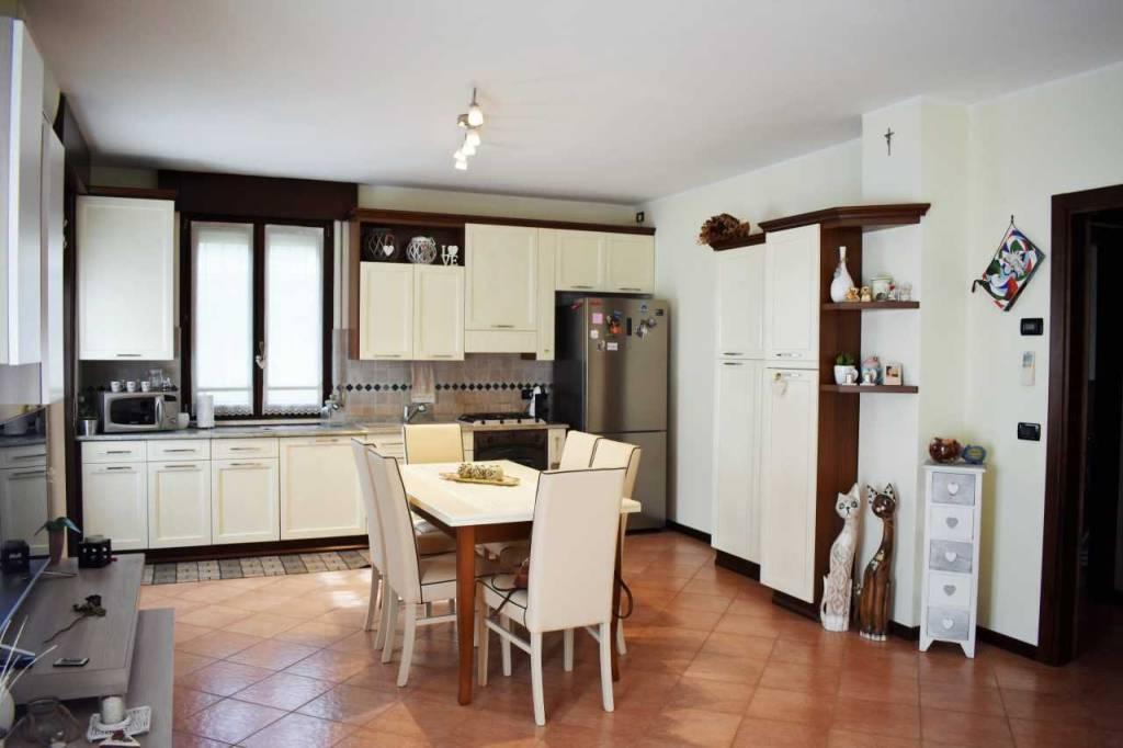 Appartamento in ottime condizioni arredato in vendita Rif. 8288696