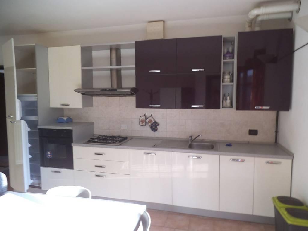 Appartamento in buone condizioni arredato in affitto Rif. 8172375