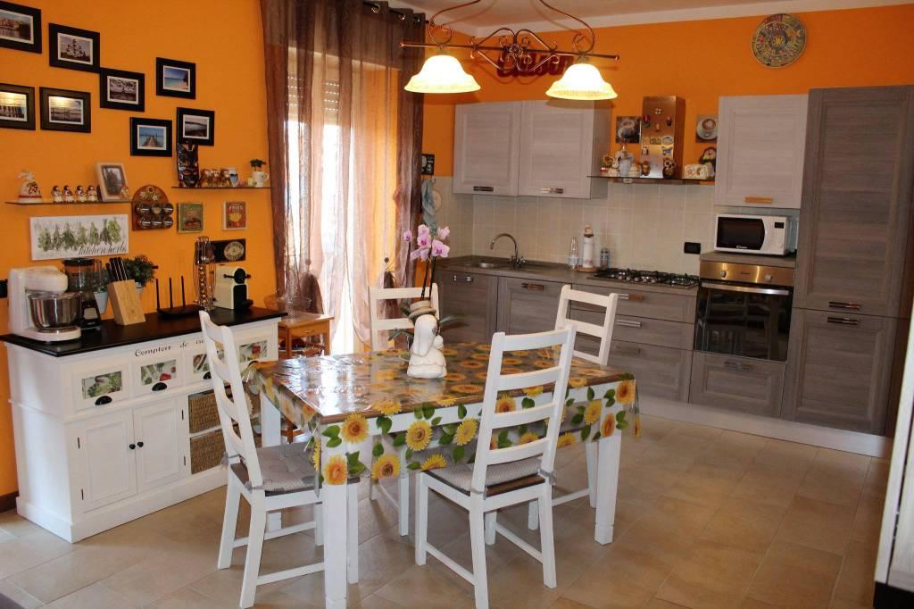Appartamento in ottime condizioni in vendita Rif. 8283345