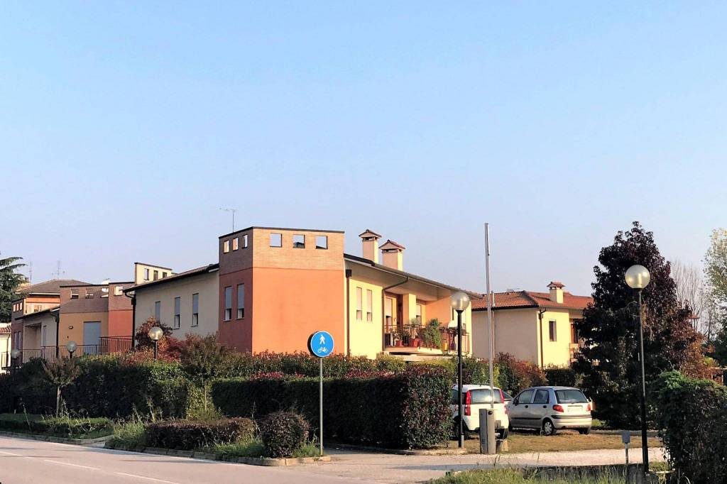 Appartamento in ottime condizioni parzialmente arredato in vendita Rif. 8240584