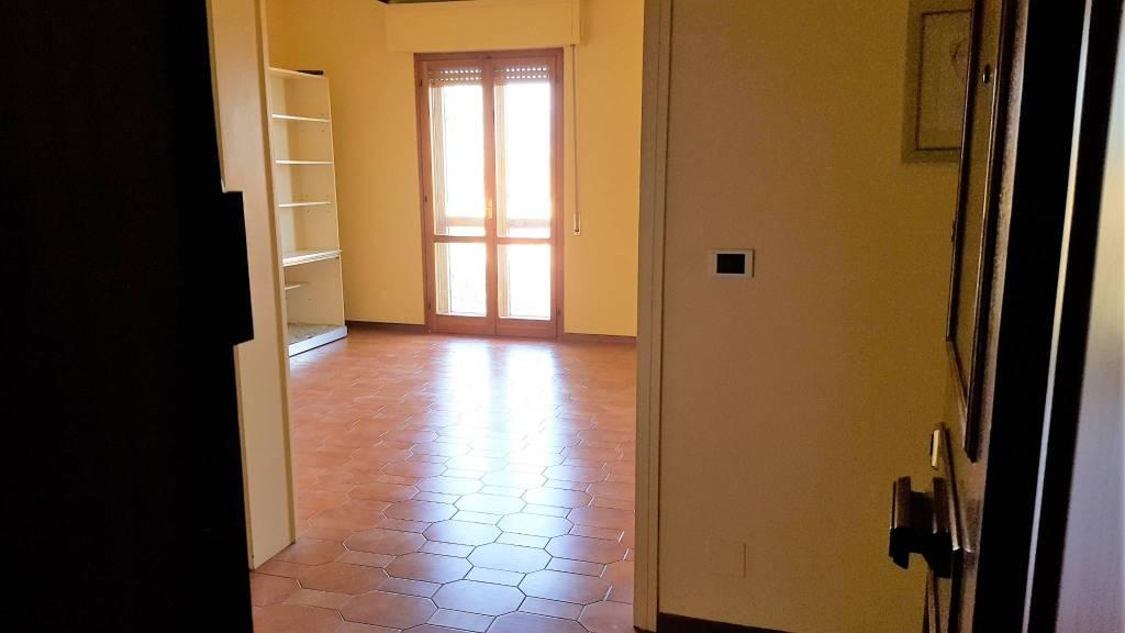 Appartamento in buone condizioni parzialmente arredato in affitto Rif. 8311575