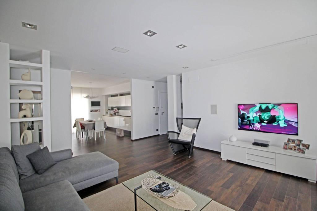 Appartamento in ottime condizioni in vendita Rif. 8325613