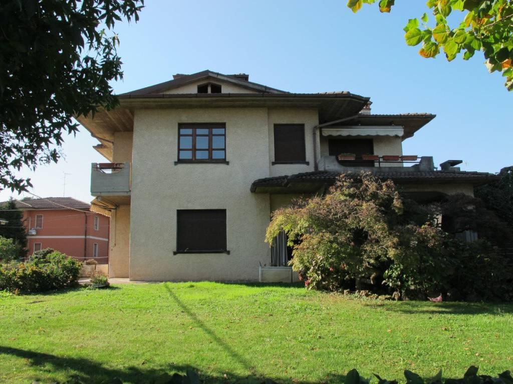 Appartamento in buone condizioni in affitto Rif. 8326197