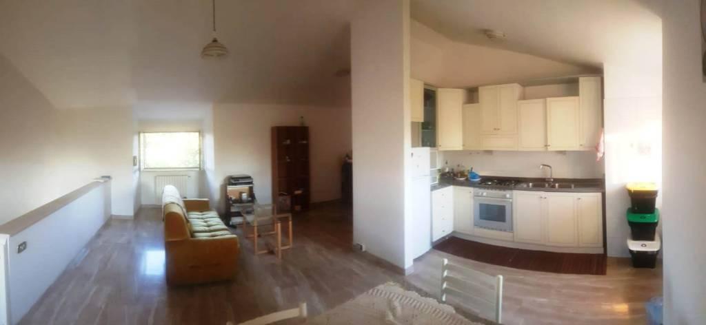 Appartamento in buone condizioni arredato in affitto Rif. 8360612