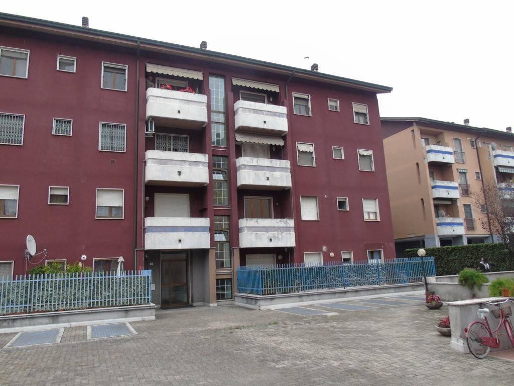 Appartamento in buone condizioni parzialmente arredato in affitto Rif. 8353537