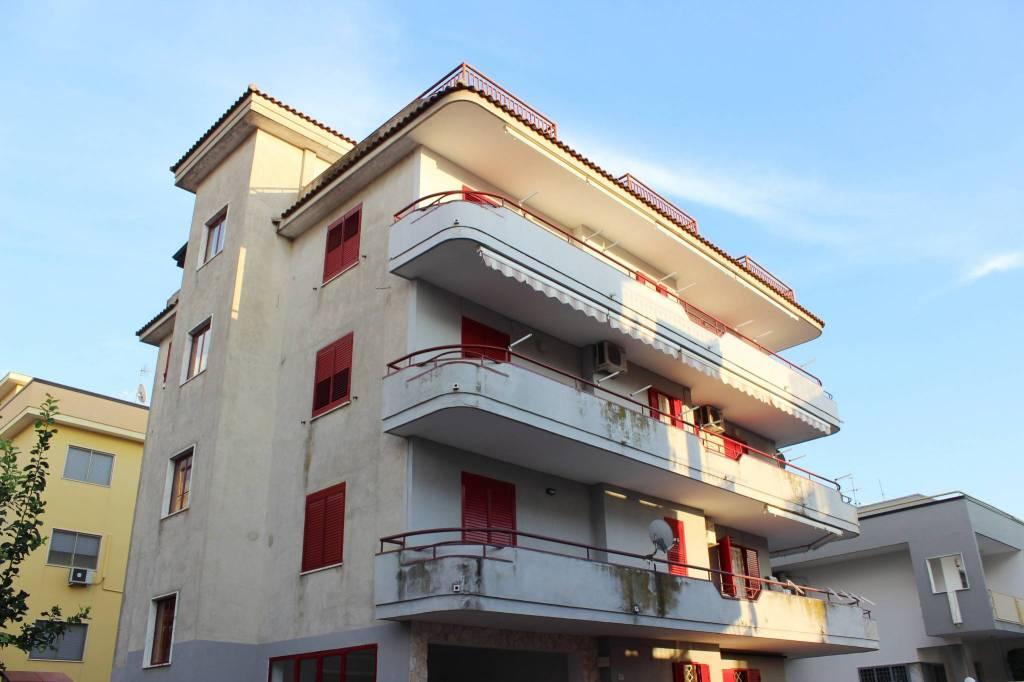 Appartamento in buone condizioni in vendita Rif. 8371700