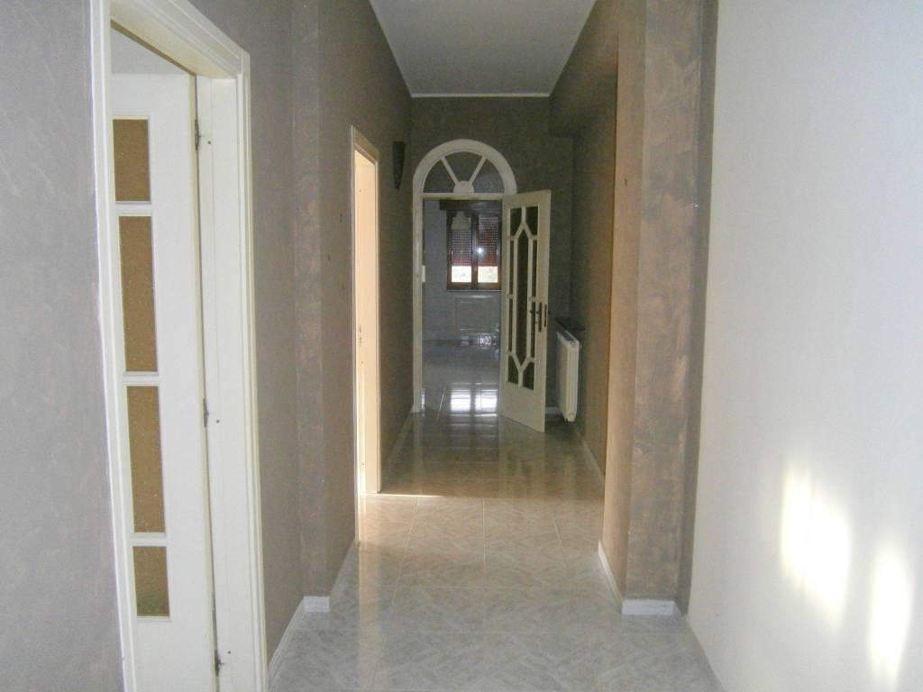 Appartamento in buone condizioni in affitto Rif. 8549775