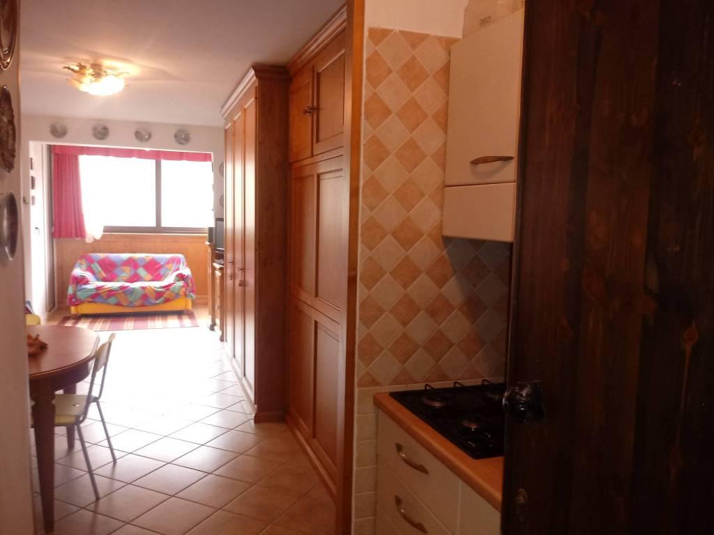 Appartamento in ottime condizioni arredato in vendita Rif. 8380256
