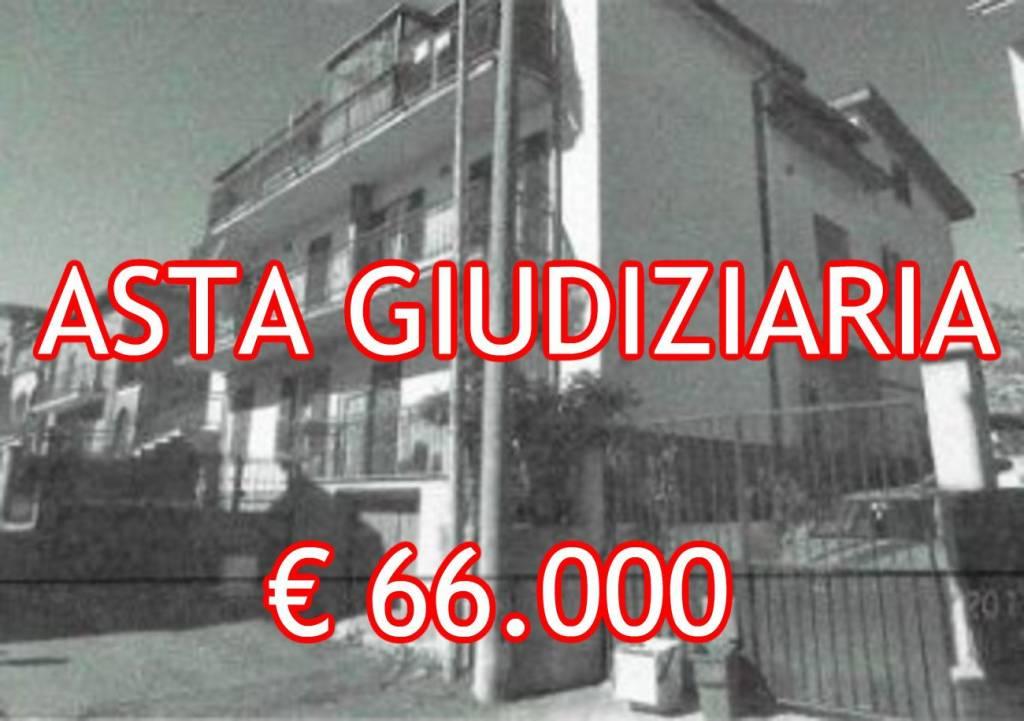 Appartamento in buone condizioni in vendita Rif. 8390148
