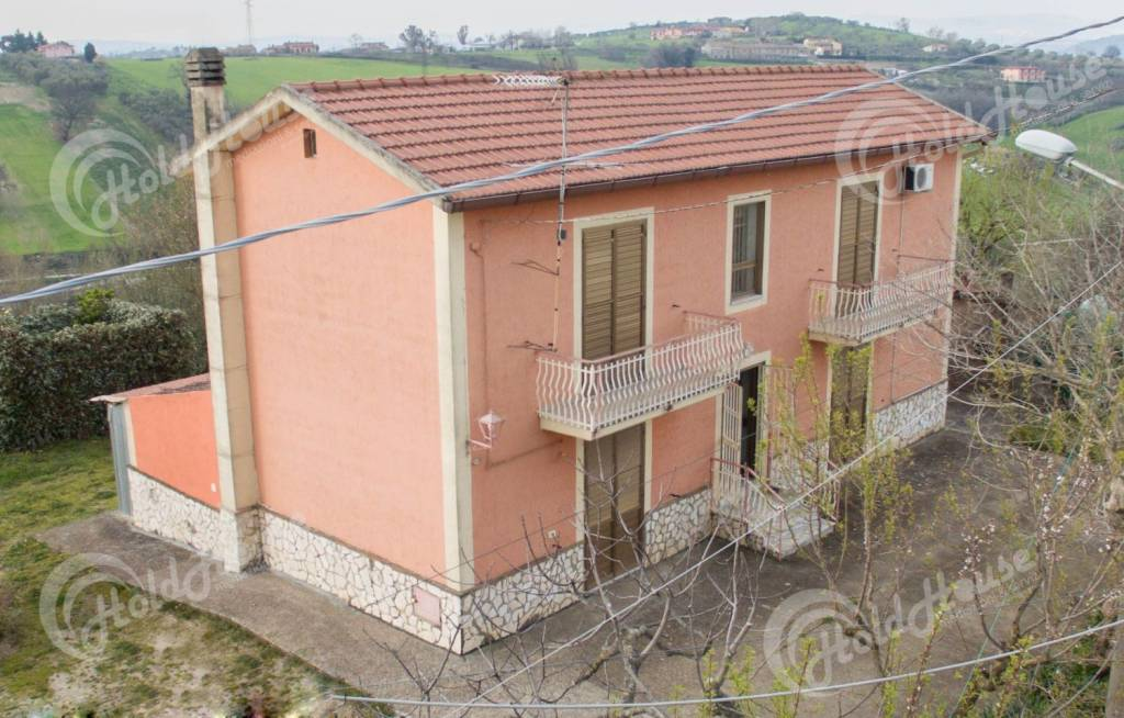 Soluzione indipendente con annesso terreno - € 160.000
