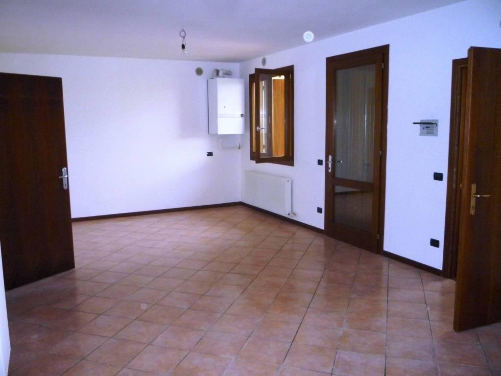 Appartamento in buone condizioni in affitto Rif. 8425440