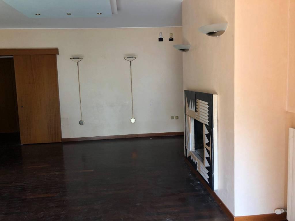 Appartamento in buone condizioni in affitto Rif. 8114347