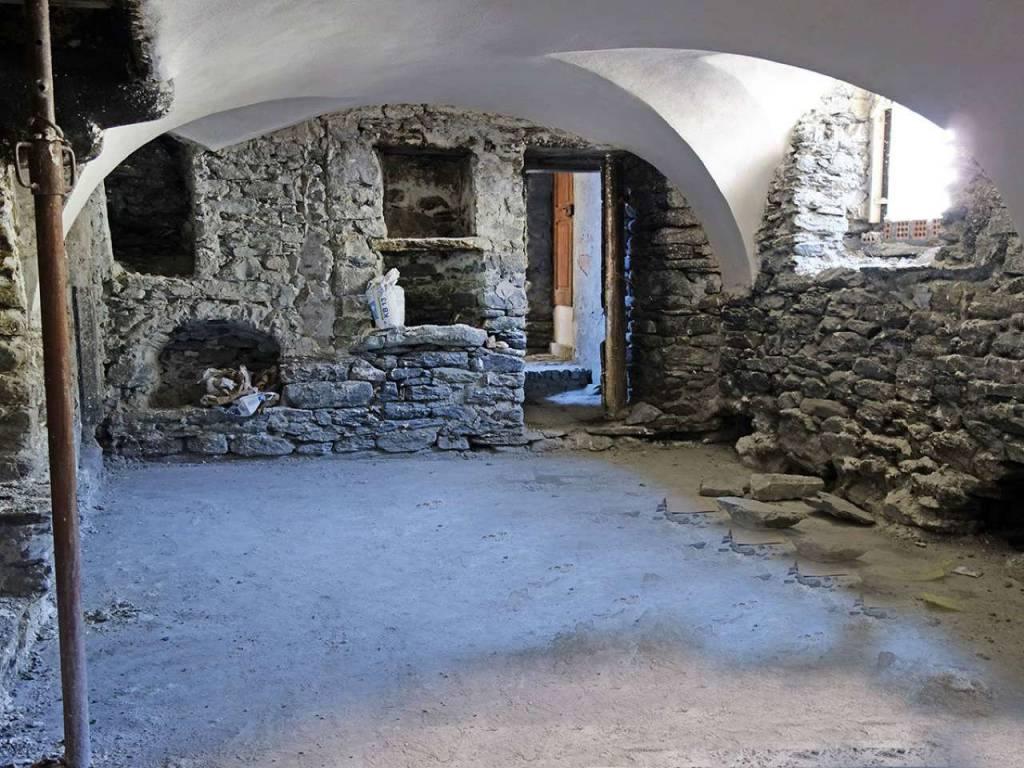 La Salle Centro: suggestivi 131 mq bi-livello, antico stabile restaurato, muri in pietra, volte