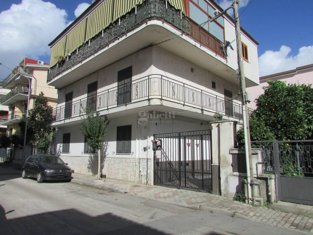 Appartamento in buone condizioni in affitto Rif. 8444497