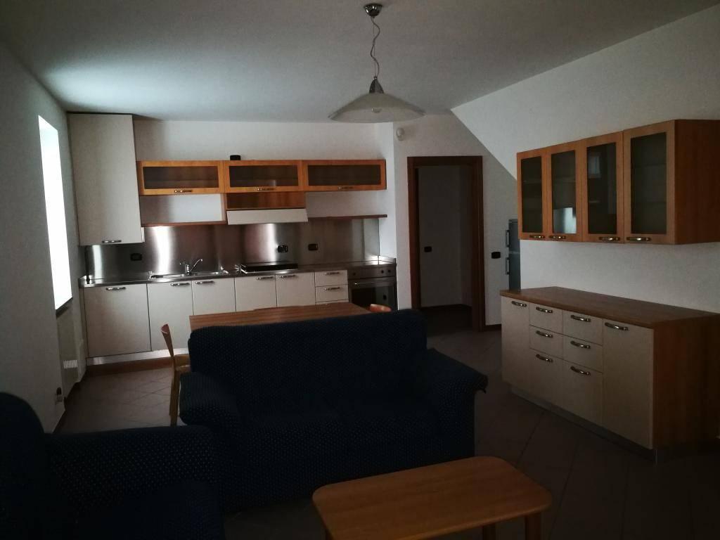 Appartamento in buone condizioni arredato in affitto Rif. 8440641
